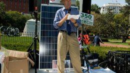 James Hansen på talerstolen ved en klimademonstration i 2010