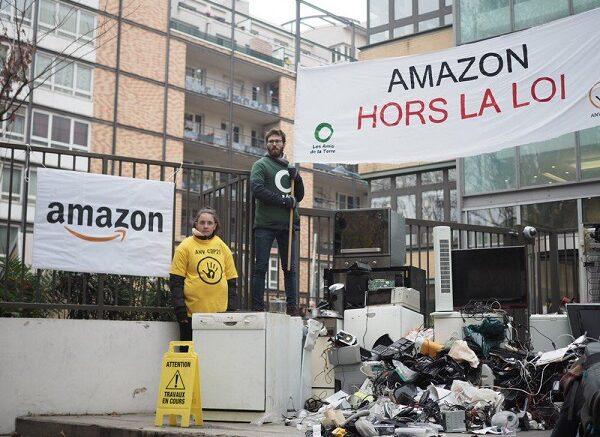 Ved Black Friday i 2018 fik Amazons franske hovedkontor i Paris-forstaden Clichy en hilsen fra miljøbevægelsen: Aktivister dumpede 15 kubikmeter el- og elektronikaffald foran kontoret i protest mod selskabets overtrædelse af lovgivningen om at tage affald tilbage.